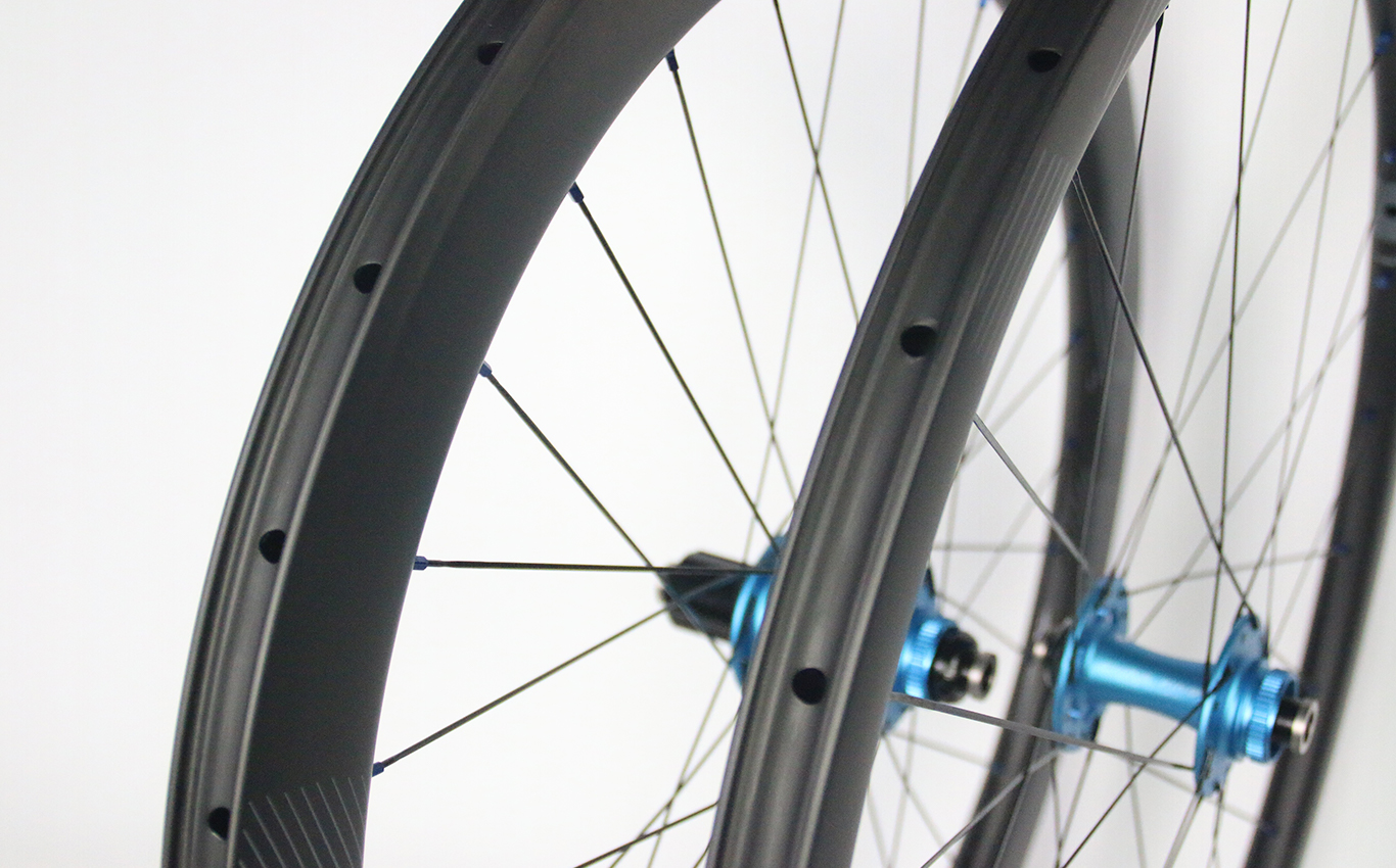 700c-road-carbon-wheelset-clincher-tubeless-compatible