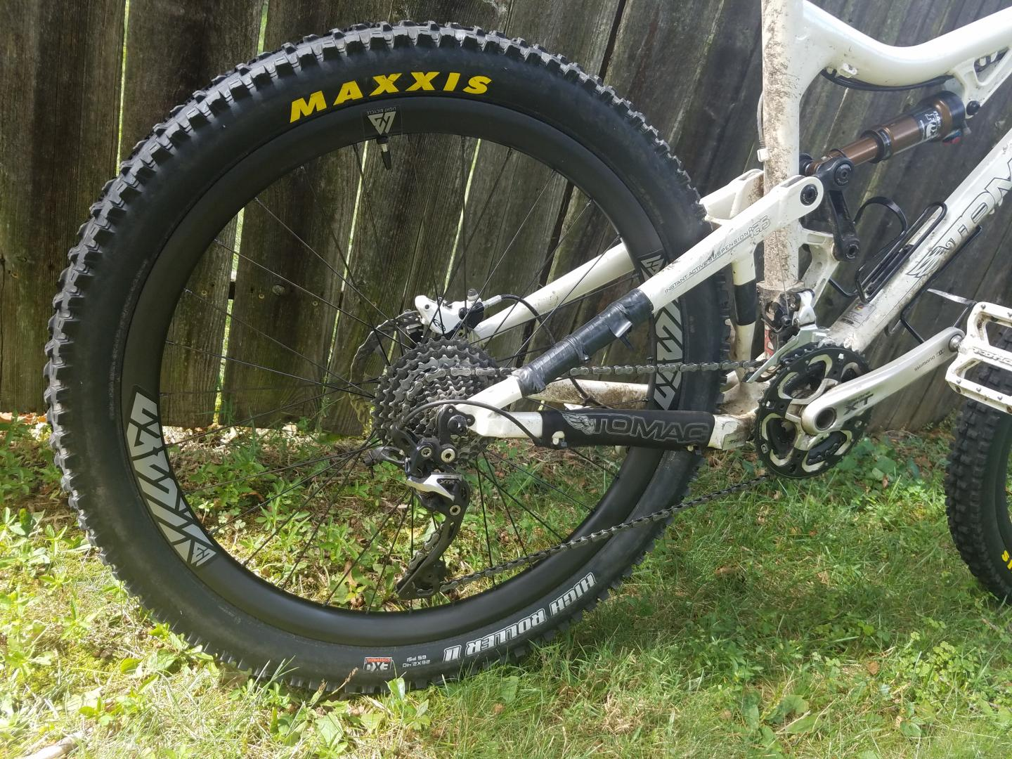 lightbicycle-carbon-mtb-rim-maxxis-high-roller-ii-tire-deore-xt