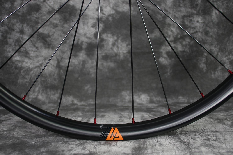 AM927-wheel-paintless-finish-ud-fiber-pattern-valve-decals-orange