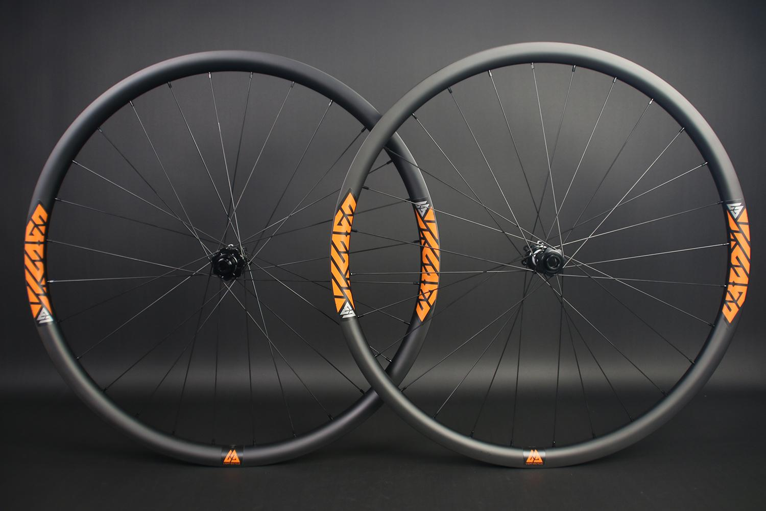 am928-29er-dt-swiss-350-boost-carbon-wheelset-with-orange-stickers
