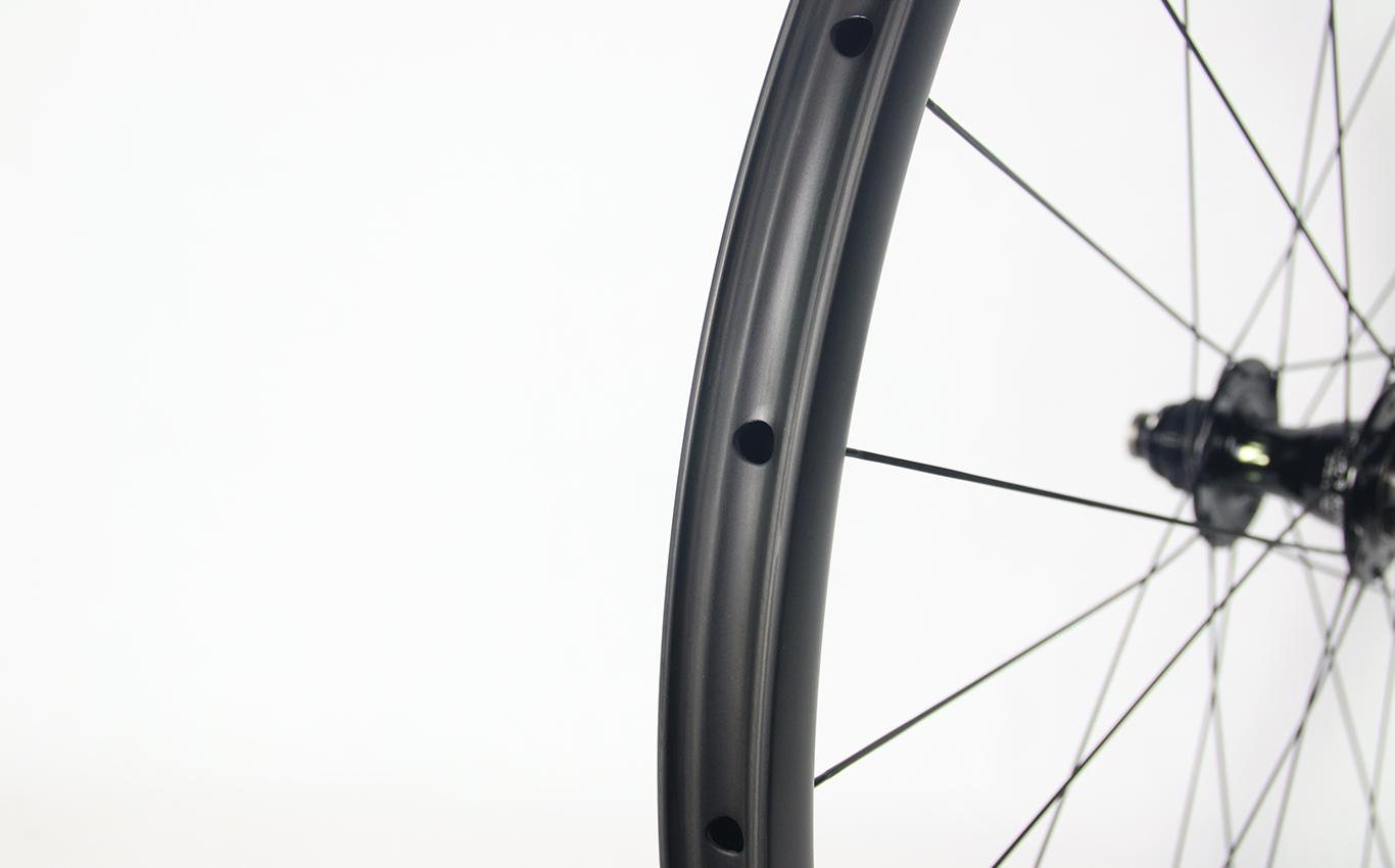 tubeless-compatible-700c-road-disc-carbon-wheel-with-Chris-King-R45D-hub