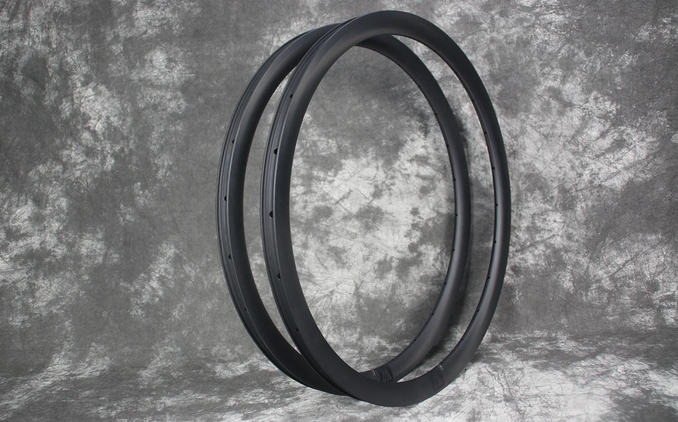 ar36-carbon-rims-with-matte-black-rim-valve-decals-road