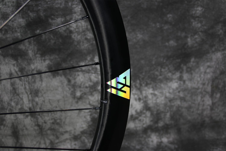 custom-oil-slick-color-vinyl-sticker-decal-for-carbon-wheel