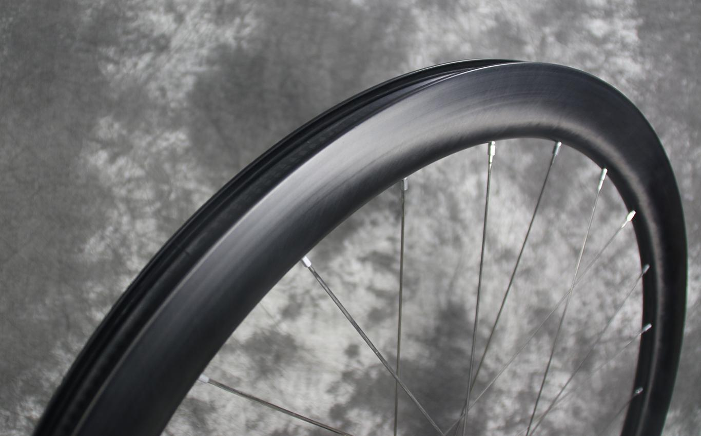 paintless-finish-of-ar45-carbon-rims-road-disc