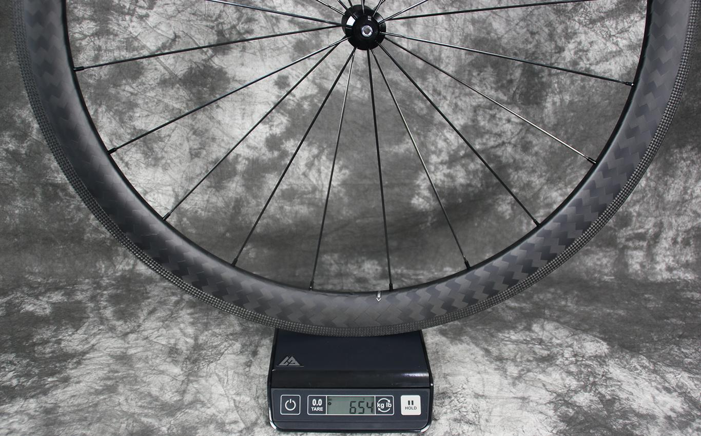 Measuring-weight-of-AR46-non-disc-carbon-rim-laced-to-DT-Swiss-350-straight-pull-road-bicycle-hub-front