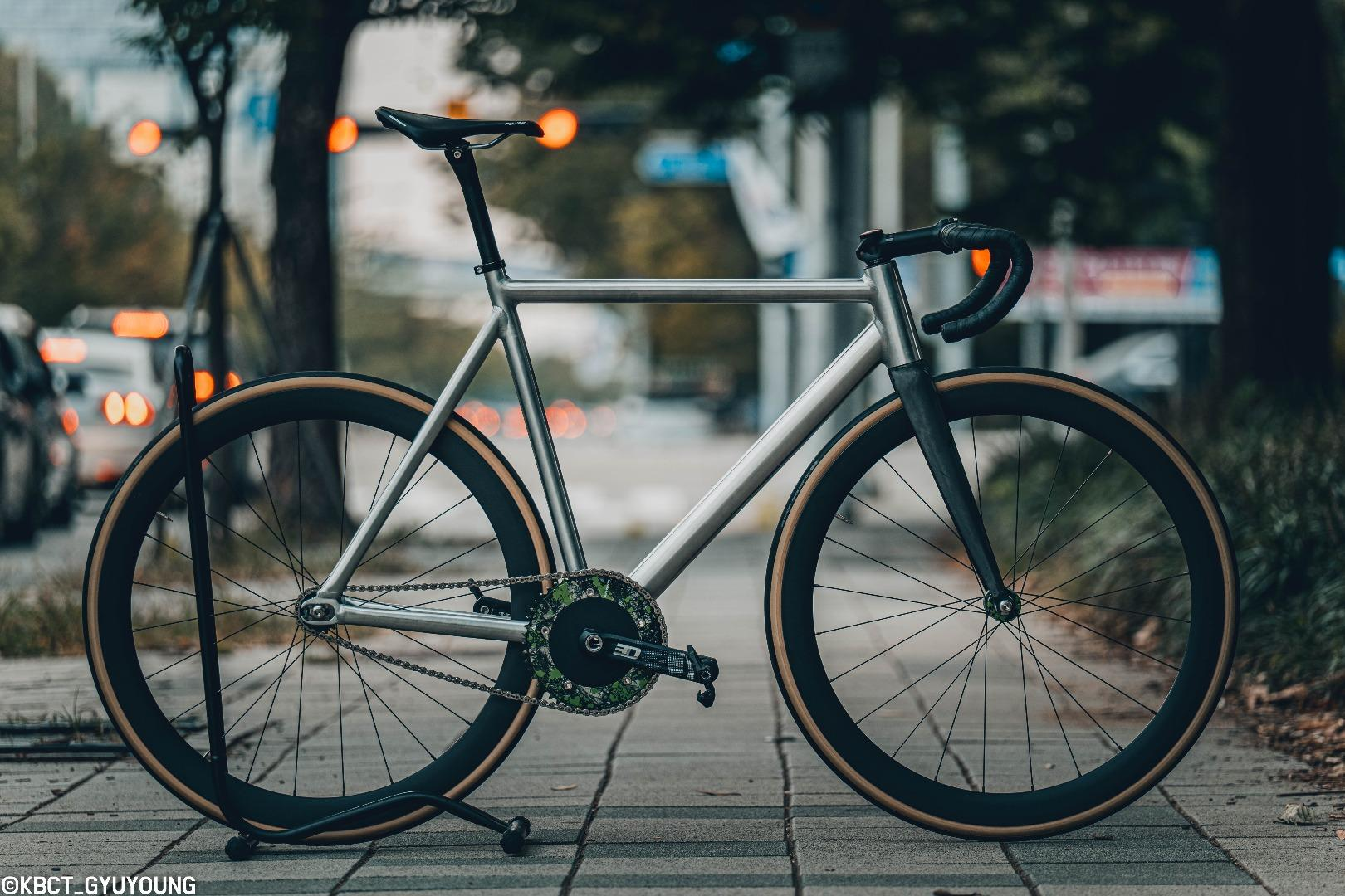 constantine-disparar-crit-bike-with-46mm-carbon-rimmed-wheels