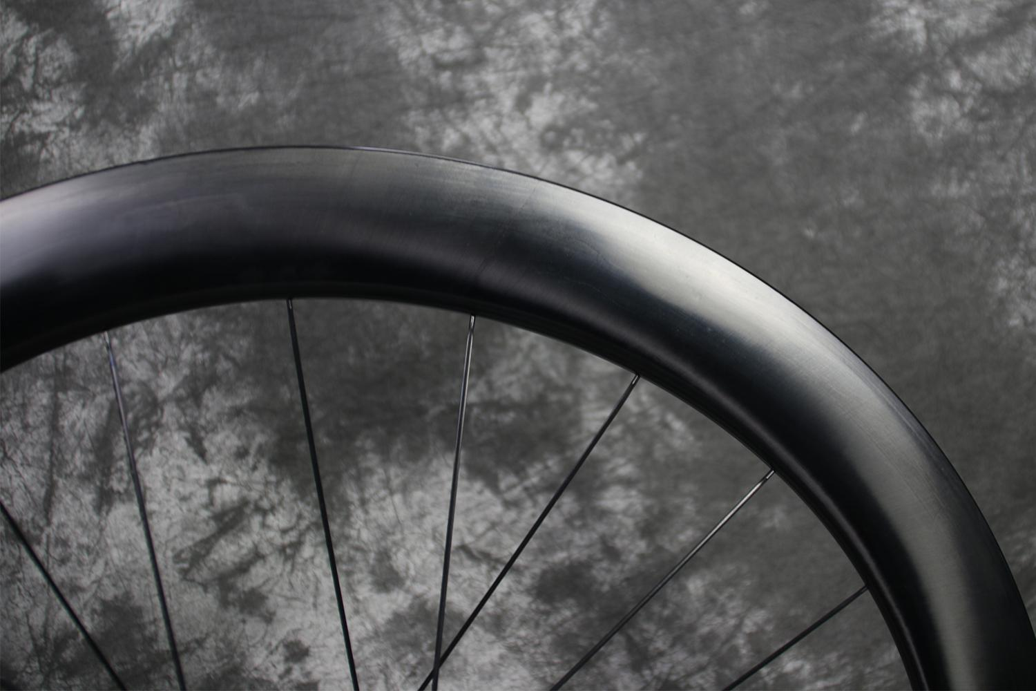 55mm-depth-unidirectional-fiber-weave-paintless-finish-all-road-carbon-wheel
