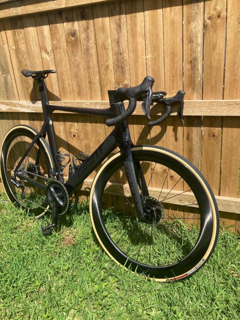 giant-propel-advanced-disc-brake-bike-on-light-bicycle-ar55-carbon-wheels