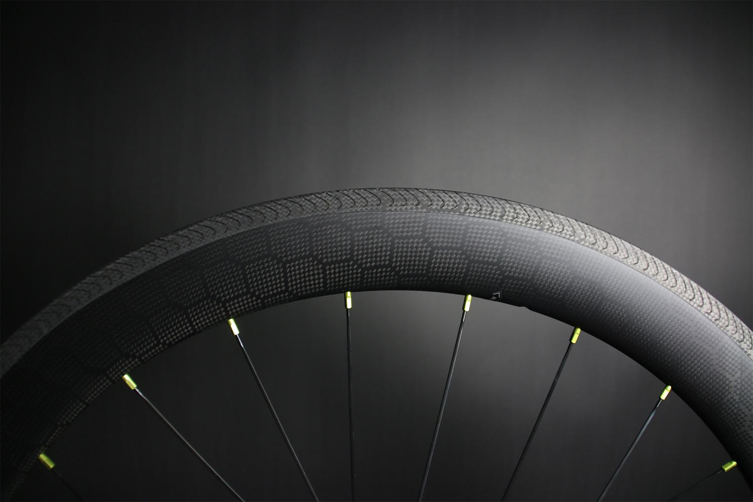 sapim-lime-aluminum-spoke-nipples-on-carbon-wheel