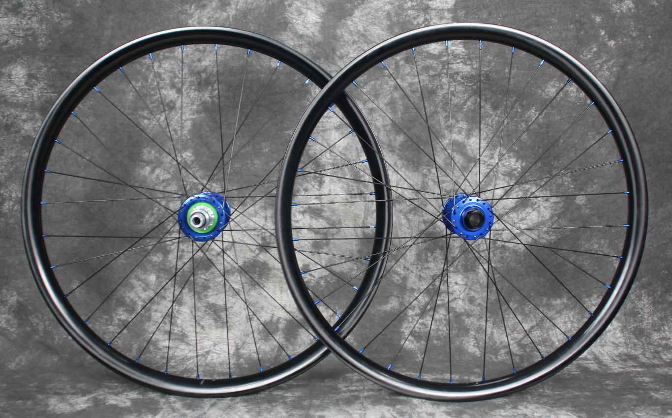 en732-enduro-downhill-carbon-wheelset-650b-blue-hubs-nipples