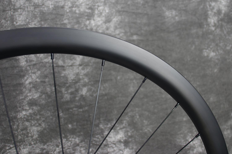 r35-700c-35mm-ud-matte-carbon-wheel