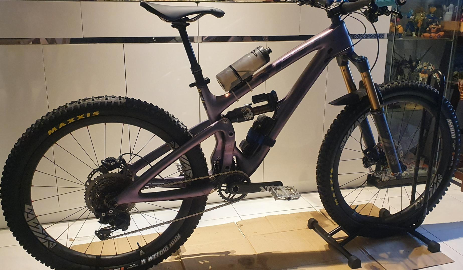 light-bicycle-rm650bc13-27.5-tubeless-carbon-wheels-with-stealth-rim-decals-on-yeti-enduro-frame
