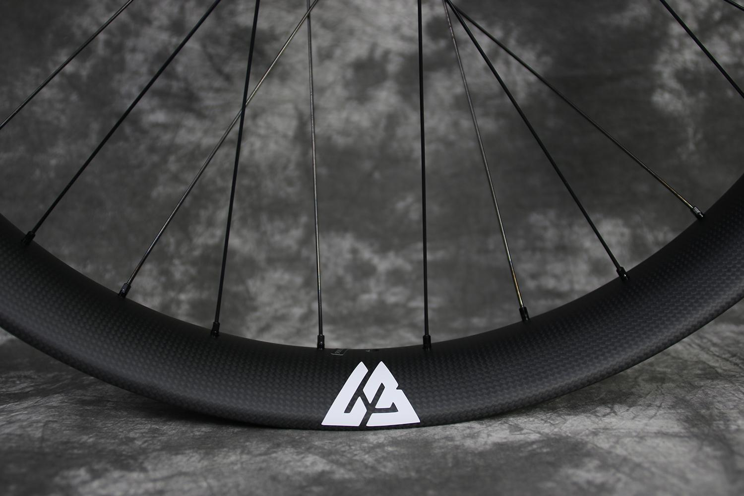 matte-finish-3k-weave-carbon-fatbike-rim-with-white-valve-decal