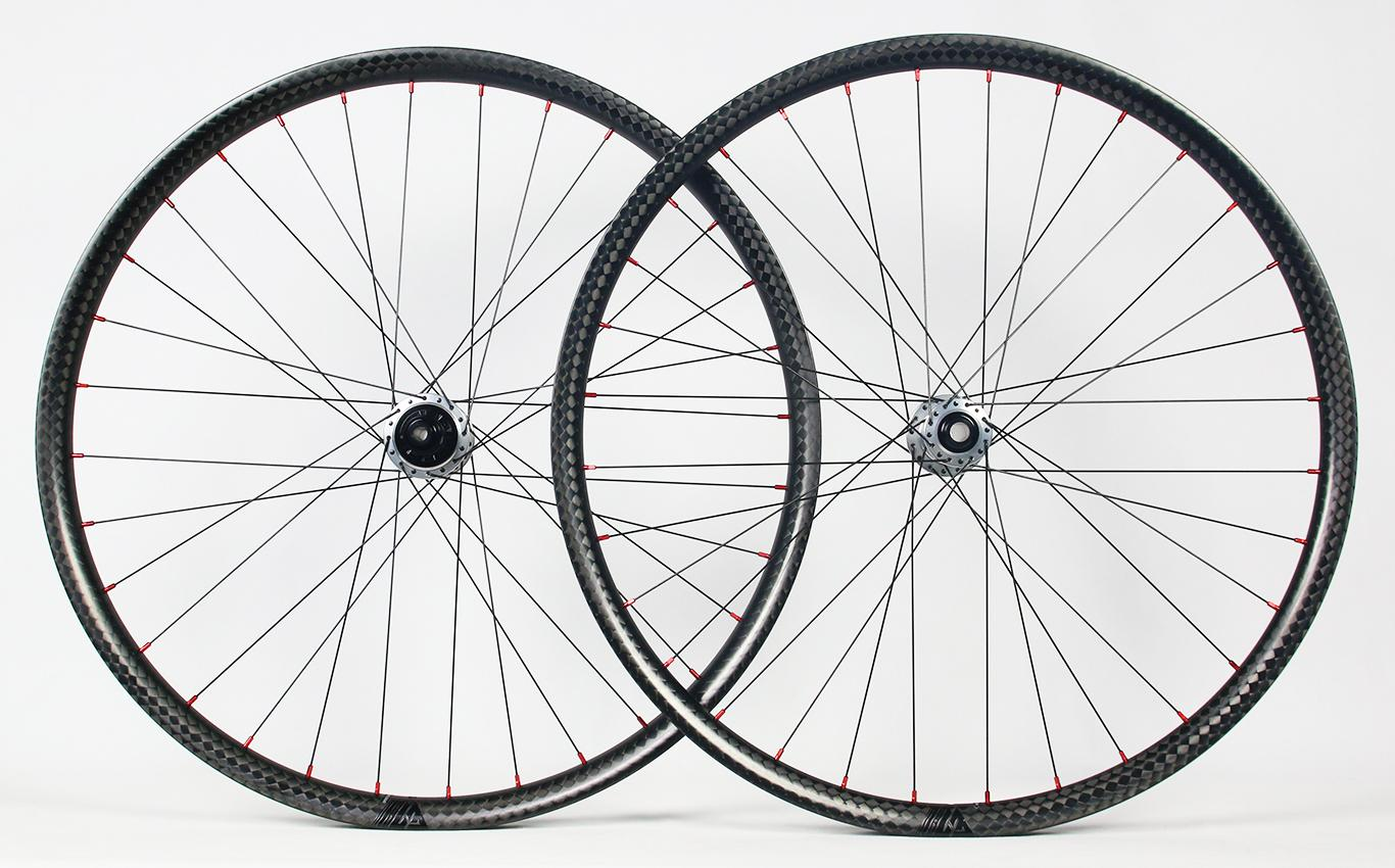 am930-12k-weave-paintless-carbon-wheelset-with-red-nipples-silver-hubs