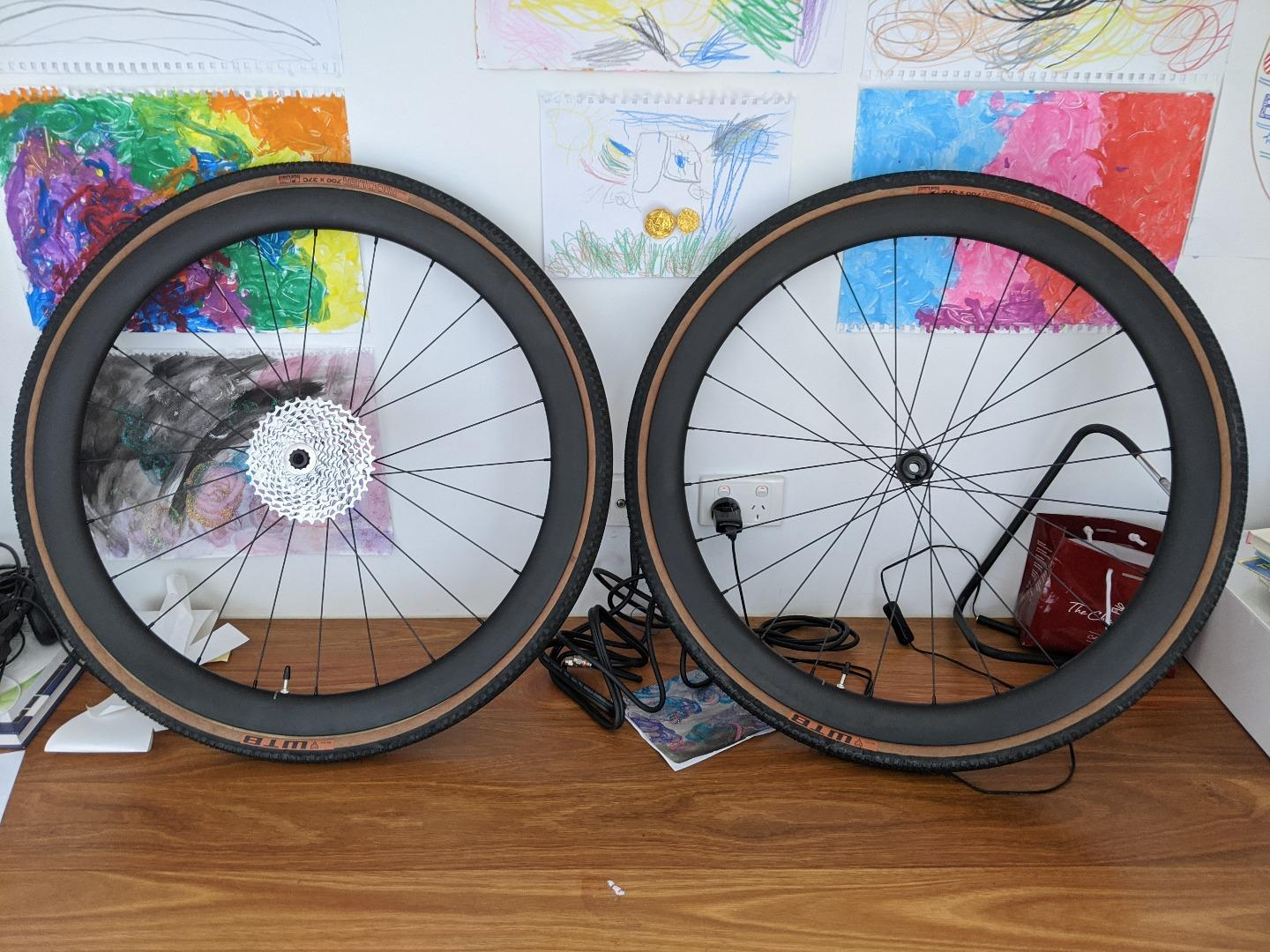 wr45-flyweight-32mm-wide-carbon-wheels-with-wtb-tire-riddler-700-37c
