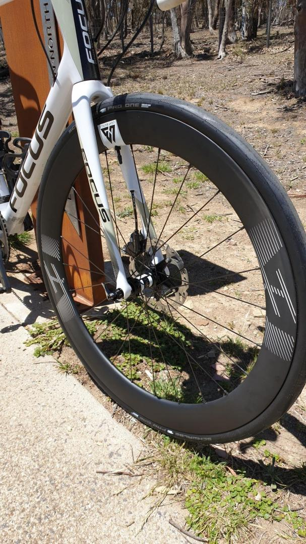 carbon-fiber-700c-road-wheels-with-white-logo-decals-and-schwalbe-tubeless-tires-mounted