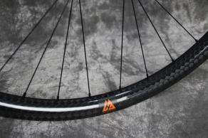 AM928-12k-glossy-carbon-mtb-wheel-orange-decal