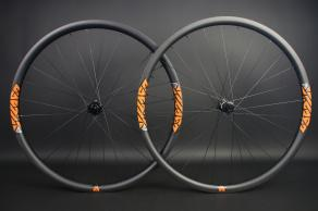 am928-29er-dt-swiss-350-carbon-mtb-wheelset-orange-decals
