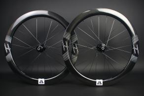 ar55-700c-road-disc-chris-king-r45d-white-decal-ud-glossy-carbon-wheelset