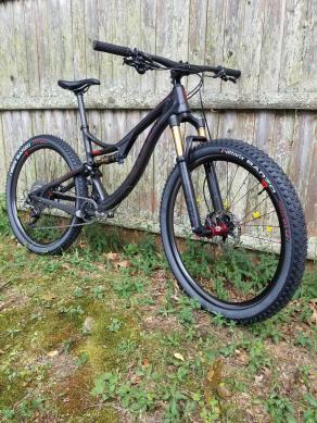 Light-Bicycle-Recon-Pro-am727-carbon-fiber-mtb-rims-on-2017-Pivot-Mach4-Carbon-XC-bike