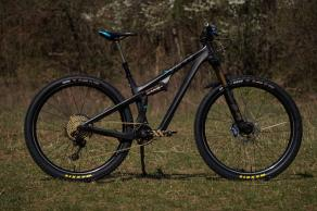 custom-racing-mountain-bike-wheel-build-with-Light-Bicycle-29er-carbon-fibre-rims-and-maxxis-ardent-race-29-2.35-tl-ready-tires-