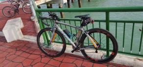 Kestrel-rt1000-rim-brake-road-bike-with-Light-Bicycle-R45-R55-aero-carbon-wheelset-placed-by-river