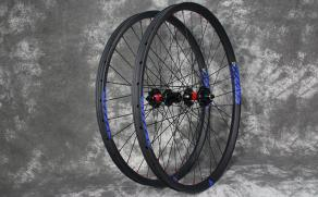 rm26c02-26inch-cross-country-carbon-wheelset-blue-stickers