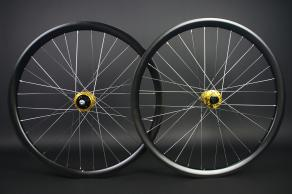 RM26C03-26er-ud-satin-gold-I9-hydra-hub-silver-nipple-carbon-wheelset