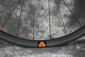 RM29C07-carbon-mtb-wheel-orange-valve-hole-decals