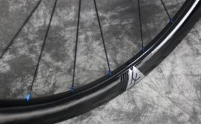 sapim-external-alloy-nipples-blue-on-wr38-carbon-rim