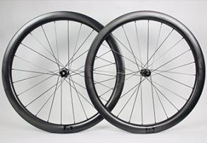 WR45-32mm-wide-45mm-deep-Flyweight-Satin-Carbon-Wheels-with-black-decals